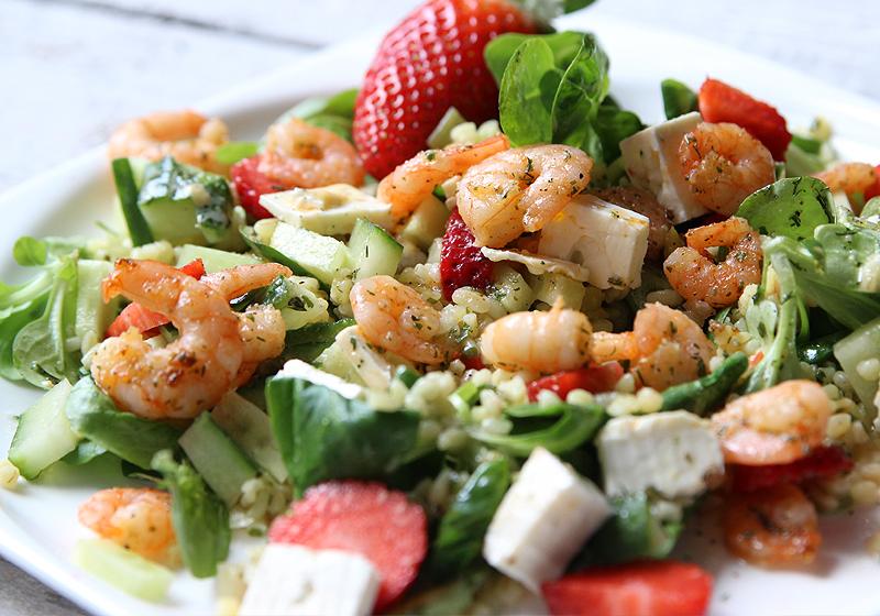 Salat mit Bulgur, Garnelen und Erdbeeren 4