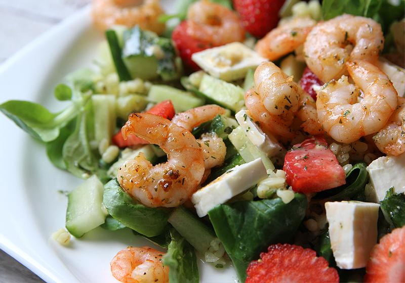 Salat mit Bulgur, Garnelen und Erdbeeren 5